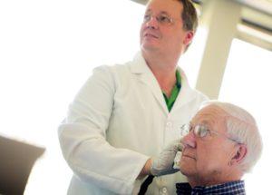 Hörgeräte können, wenn sie medizinisch notwendig sind, von einem Hals-Nasen-Ohrenarzt verordnet werden. Häufig übernimmt dann die Krankenkasse die kompletten Kosten für eine Hörgeräteversorgung. Das sind bei gesetzlich Krankenversicherten etwa 1500 € für eine beidohrige Hörgeräteanpassung, lediglich eine gesetzliche Zuzahlung in Höhe von 20,- € sind dann vom Versicherten selbst zu tragen. Für an Taubheit grenzend Schwerhörige kann der Festbetrag für eine Hörgeräteversorgung sogar höher sein. Sollten Sie eine Verordnung für Hörgeräte erhalten, prüfen wir gerne Ihren Anspruch und bieten Ihnen geeignete Hörgeräte aufzahlungsfrei an. Sie bekommen ausreichend Zeit die vorgeschlagenen Hörgeräte zu erproben und sich selbst von der Leistungsfähigkeit zu überzeugen. Als Vertragspartner aller Krankenkassen übernehmen wir auch die Abrechnung mit Ihrer gesetzlichen Krankenkasse. Eine zuverlässige Wartung und eine kostenfreie Instandsetzung Ihrer aufzahlungsfreien Hörgeräte sind selbstverständlich inklusive.